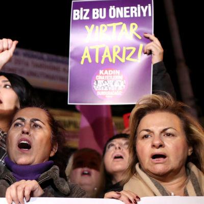Människor protesterar i Istanbul mot ett nytt lagförslag