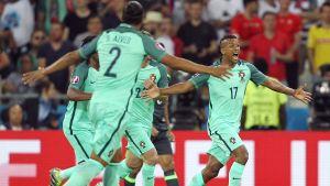 Nani firar vilt efter att ha gjort 2–0 mot Wales.
