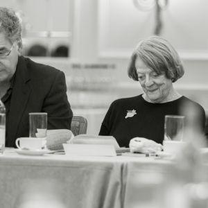 Jim Carter (hovimestari Carson) ja Maggie Smith (Violet Crawley) Downton Abbeyn 6. tuotantokauden lukuharjoituksissa