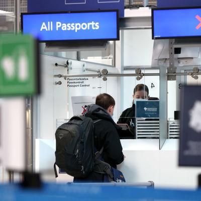 Passkontroll på Helsingfors-Vanda flygplats.