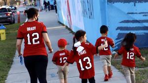 Supportrar i röda spelskjortor utanför arenan i samband med Super Bowl.