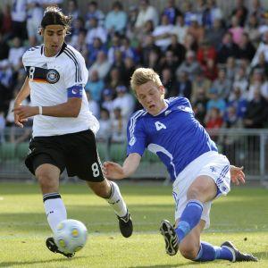 Sami Khedira och Jonas Portin kämpar om bollen vid U21 EM 2009.