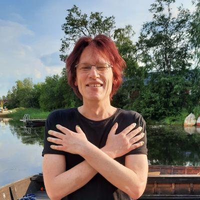 Kirjailija Jussi Seppänen seisoo laiturilla ja hymyilee.