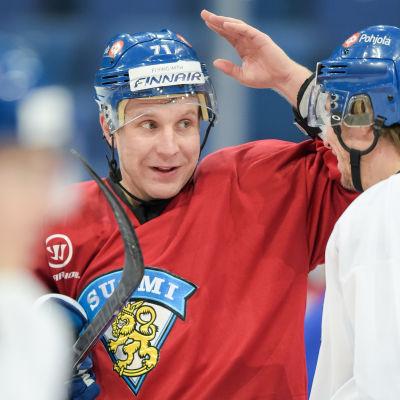 Leo Komarov tar än en gång på sig landslagströjan.