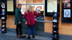Två ungdomar, Jan Inberg och Daniela Ollus, köper biljetter vid Åbo Svenska Teaters biljettkassa, där Ghita Brunnsberg-Lerkki sitter.