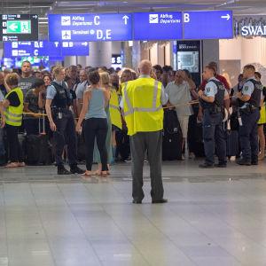 Passagerare och besökare väntar på att evakueringen ska upphöra.