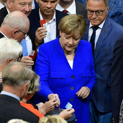 Angela Merkel lägger sin röst i omröstningen om samkönat äktenskap i förbundsdatgen 30.6.2017.