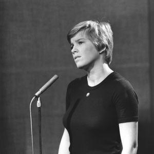 Eija Ahvo laulaa Ylen studiossa 1975.