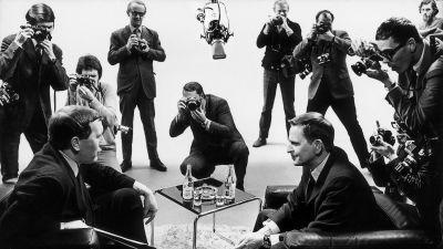 Olof Palme valokuvaajien ympäröimänä television haastattelutilanteessa.