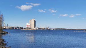 Industriell hamn på avstånd.