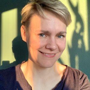 Yle Areenan päällikkö Tanja Iikkanen hymyilee puolikuvassa