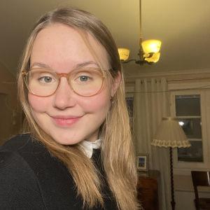 Selfie på Ellen Westberg inomhus.