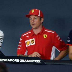 Lewis Hamilton, Kimi Räikkönen och Brendon Hartley under en presskonferens i Singapore.