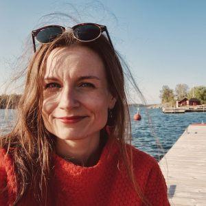 Hannamari Hoikkala Korppoossa, taustalla merta ja laituri