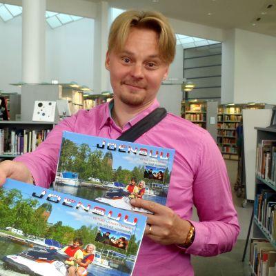 Valokuvaaja Jarno Artika esittelee tekemäänsä Joensuun kaupunkikirjaa.