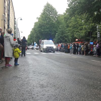 Poliisiauto avaa Meripäivien avajaisparaatin.