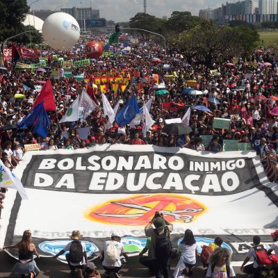 Suuri ihmisjoukko kannattelee mielenosoitusjulistetta.