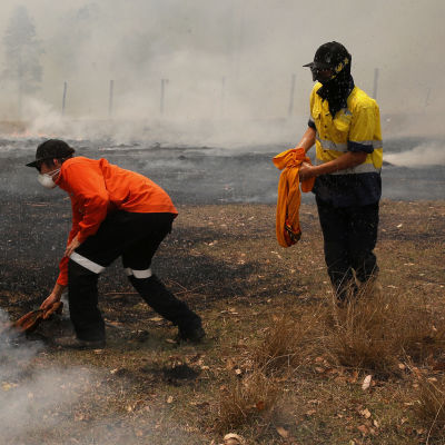 Släckningsarbeten pågår på Australiens östkust.