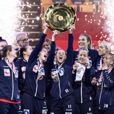 Norges handbollsdamer firar med EM-pokalen.
