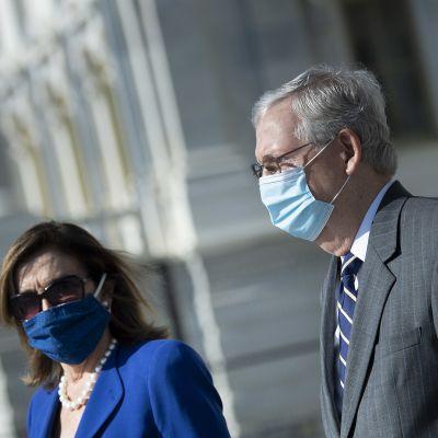 Edustajainhuoneen puhemies, demokraattien Nancy Pelosi ja senaatin enemmistöjohtaja, republikaanien Mitch McConnell kuvattuna heinäkuussa Washingtonissa.