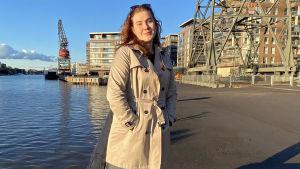 Olivia Toukola på bild vid Åbo hamn