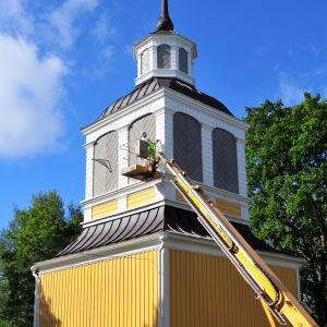 Kvevlax kyrkas klockstapel målas