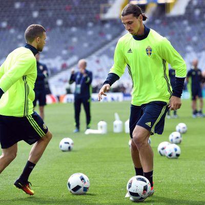 Zlatan Ibrahimovic jonglerar med bollen under ett träningspass.