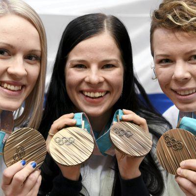 Iisa Rahunen, Krista Pärmäkoski ja Minnamaria Tuominen esittelevät pronssimitalejaan.