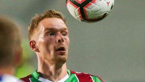 Pavel Mogilevets ser på bollen.