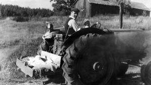 Man som kör en traktor i Porkala efter återkomsten.
