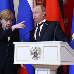 Merkel och Putin håller presskonferens i Moskva i anknytning till segerdagen.