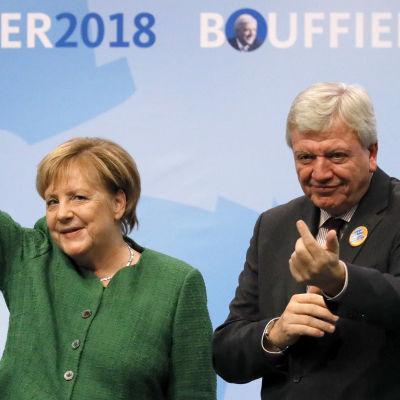 Förbundskansler Angela Merkel tillsammans med regeringschefen i Hessen Volker Bouffier.