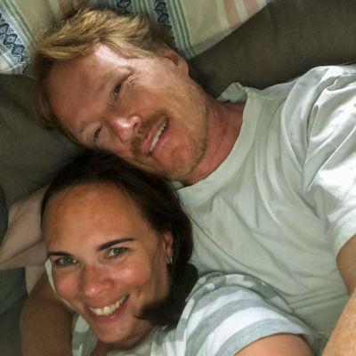 Anna och Nicke tittar glada mot kameran.