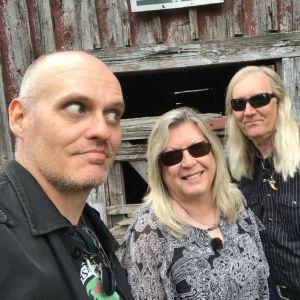 Selfie med Lasse Grönroos, Rose Westerback och Neal Smith i Töjby.