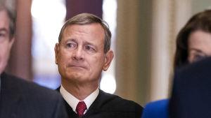 Högsta domstolens huvuddomare John Roberts leder riksrättsförhandlingarna i USA