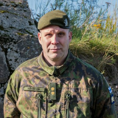Timo Hänninen i militärklädsel.