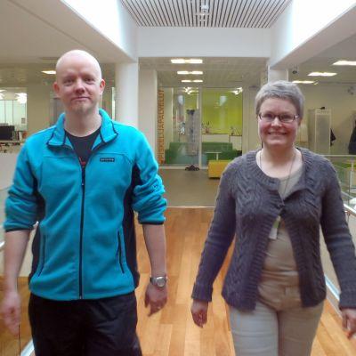 Tero Taatinen ja Kirsi Kukkonen kävelevät ammattikorkeakoulun käytävällä Joensuussa.