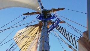 Laivan mastot kohoavat korkealle