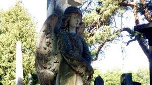 Staty på Sandudds begravningsplats.