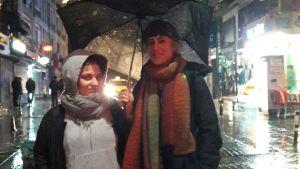 Kvinnor under paraply, regn