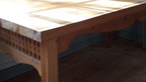 Ett matbord i trä.