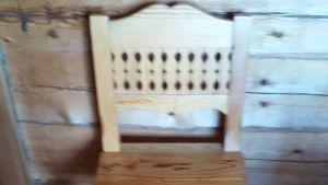 En stol i trä.