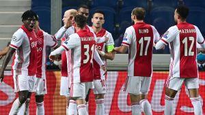 Ajax-spelare jublar efter att ha gjort mål.