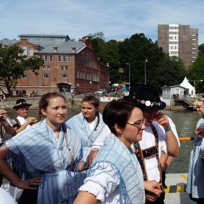 Folkdansare underhåller ombord på stadsfärjan Förin i Åbo under Europeaden 2017.