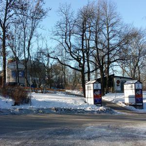 Ingången till Samppalinna sommarteater i Åbo en snöig, solig dag.