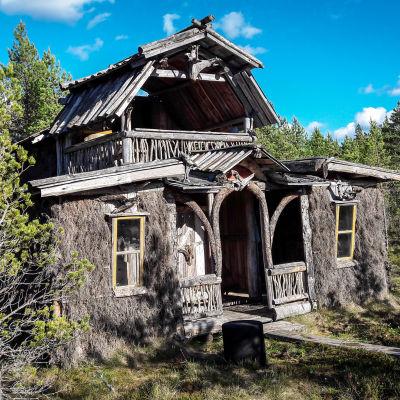 Itse rakennettu kaksikerroksinen savusauna Nummijärven Kammi-kylässä.