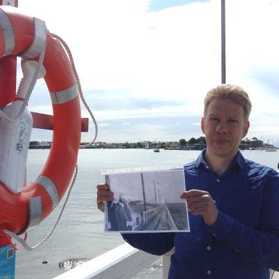 Fredrik Hertzberg förevisar ett foto taget av Gunnar Björling i Brunnsparken i Helsingfors.