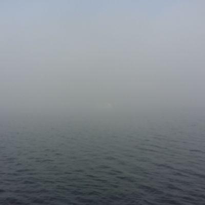 Båt i tjock dimma vid Rungoströmmen i Kimito.