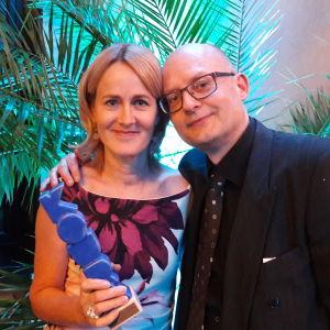 Minna Knus-Galán ja Kjell Lindroos ottavat vastaan Koura-palkinnon maaliskuussa 2017.