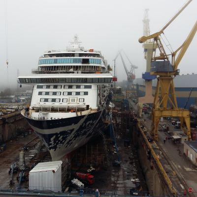 Det nya Mein Schiff 2 ligger i torrdocka och byggs vid Åbovarvet Meyer Turku.